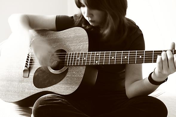 Bí quyết giảm đau tay cho người mới học đàn guitar