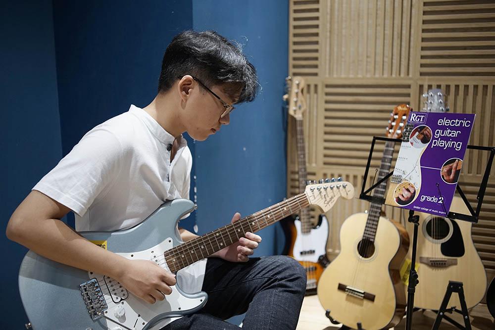 học đàn guitar tại việt thương music