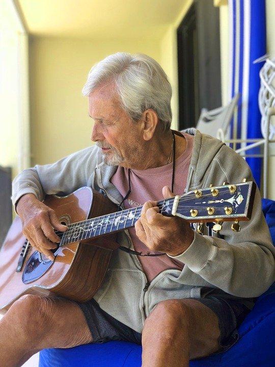 người lớn tuổi học đàn guitar